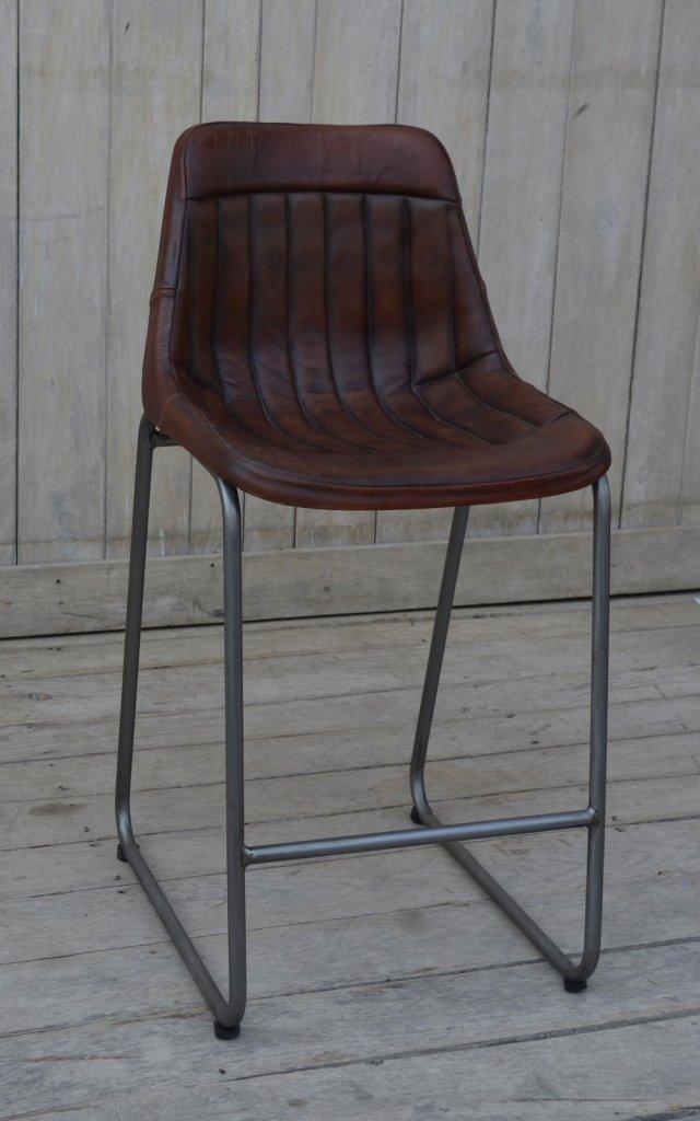 Bekväm barstol med ryggstöd och nickelfärgade ben